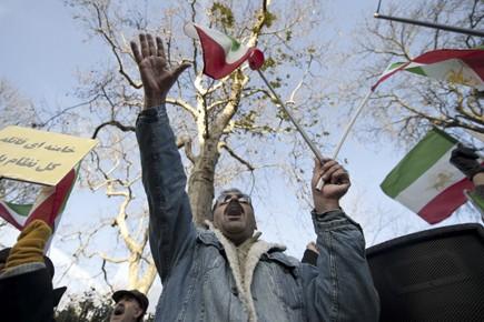 Des protestataires se sont rassemblés devant les ambassades... (Photo: AFP)