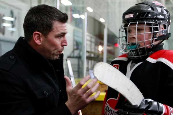 L'ex-hockeyeur originaire d'Aylmer Matthew Barnaby prodigue ses conseils... (Simon Séguin-Bertrand, LeDroit)