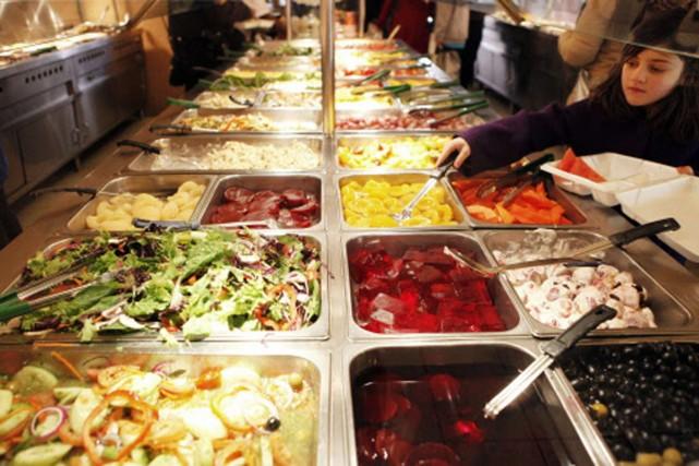 Les aliments offerts dans ce buffet de Harlem... (Photo: Reuters)