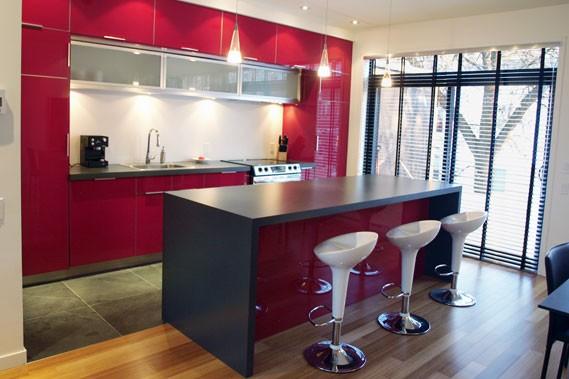 Putsch de rouge pour la cuisine lise fournier maison - Cuisine rouge laque ...