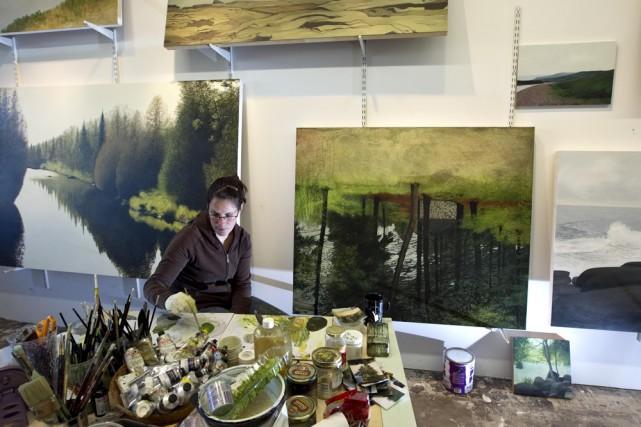 Julie Desmarais, une artiste peintre, en pleine production... (Photo: Alain Roberge, La Presse)