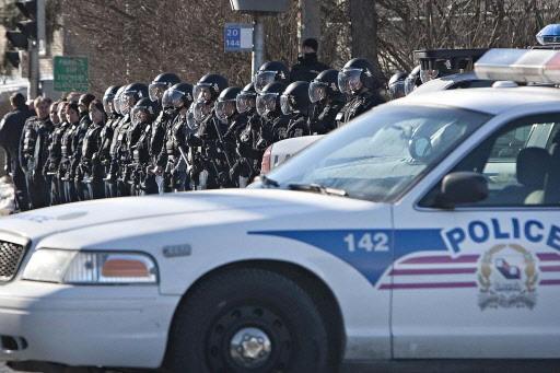 Les policiers de l'escouade anti-émeute, casqués et matraques... (Photo: Patrick Sanfaçon, La Presse)