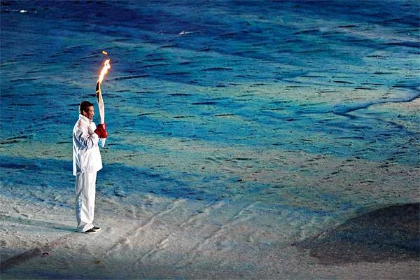Wayne Gretzky portant la flamme olympique lors de... (Photo: Bernard Brault, La Presse)