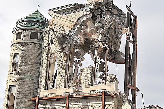 La méthode utilisée hier pour démolir la façade de l'église... (Le Soleil, Patrice Laroche)