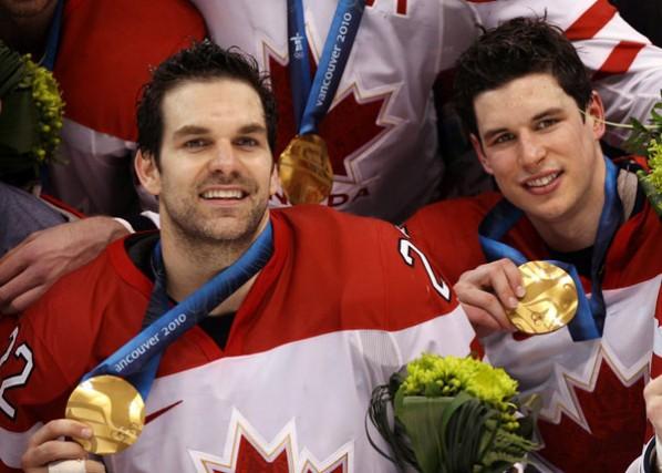Dan Boyle, en compagnie de Sidney Crosby. Le... (La Presse Canadienne)