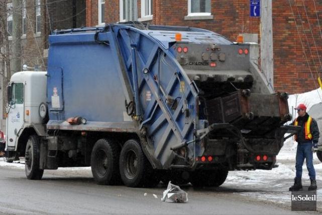 Collecte des ordures au priv les cols bleus trop vite for Piscine mobile sur camion