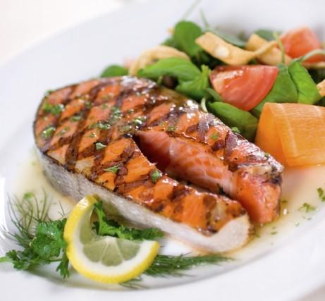 Darne de saumon grill marin e aux quatre herbes - Cuisiner darne de saumon ...