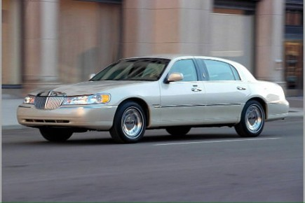 La Lincoln Town Car, une voiture qui donne... (Photo AP)