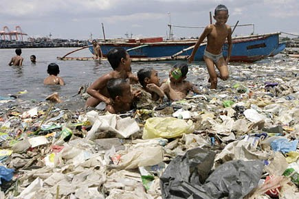 Des enfants se baignent dans les eaux de... (Photo: Reuters)
