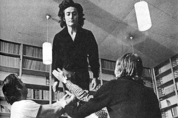 Clotaire Rapaille sautant dans les bras de ses... (Je t'aime, je ne t'aime pas (1974))