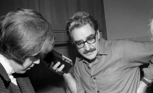 Michel Chartrand écoute un bulletin de nouvelles à... (Photo: Archives La Presse)