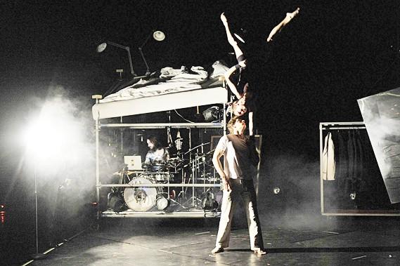Dans Rup-ture[s], danse contemporaine, théâtre, musique et cirque... (Le Soleil, Steve Deschênes)