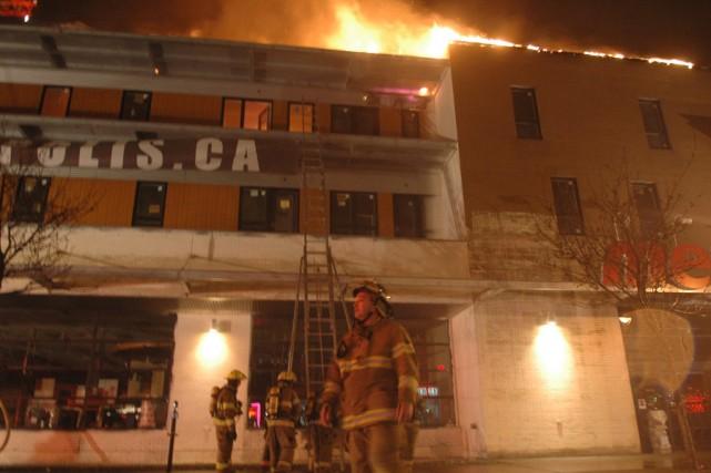 Plusieurs dizaines de pompiers ont combattu un incendie,... (Photo: Sylvain Ryan, collaboration spéciale)