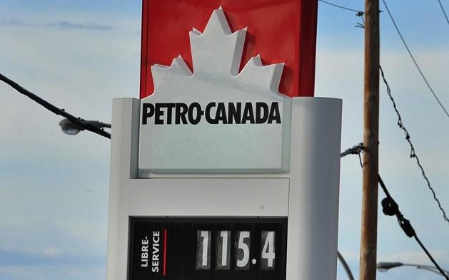 Le prix du litre d'essence ordinaire a grimpé en flèche mardi dans plusieurs... (Le Soleil, Patrice Laroche)