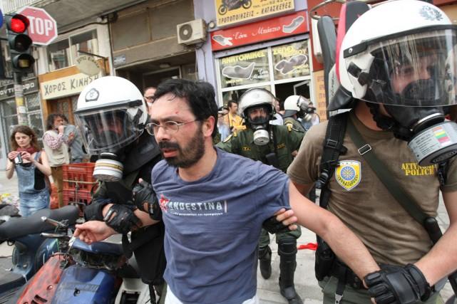 Arrestation musclée d'un manifestant à Athènes.... (Photo: AP)
