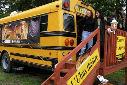 C'est dans cet autobus, aménagé en un théâtre... (Photo fournie par l'Ubus Théâtre)