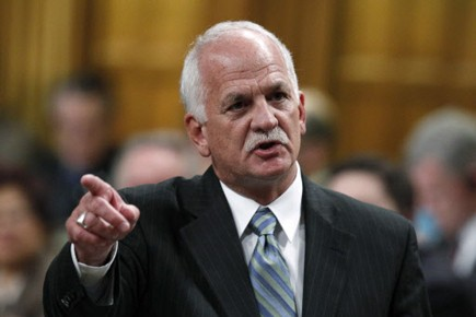 Le ministre de la Sécurité publique, Vic Toews,... (Photo: Chris Wattie, Reuters)