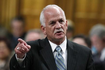 Le ministre de la Sécurité publique, Vic Toews,... (Photo: Chris Wattie, Reuters)