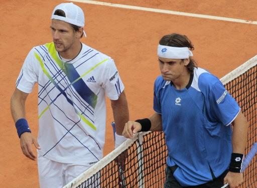 L'Espagnol David Ferrer (droite) s'est incliné en trois... (Photo: Jacques Demarthon, AFP)