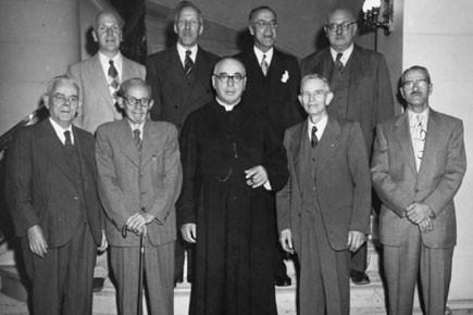 Les neuf fondateurs de l'Ordre. Première rangée, de... (Photo: Archives nationales Ottawa)