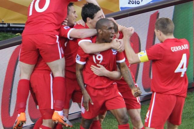 Jermain Defoe (au centre) a célébré avec ses... (Photo: AFP)
