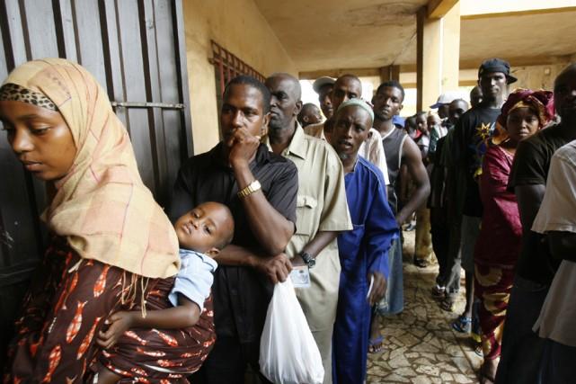 Des électeurs attendent en ligne dans un bureau... (Photo: Reuters)