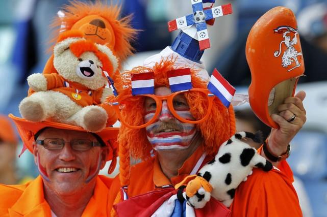 Des partisans colorés des Pays-Bas... (Photo: AFP)