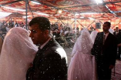 Des couples jordaniens sous les confettis lors d'une... (Photo: AFP)