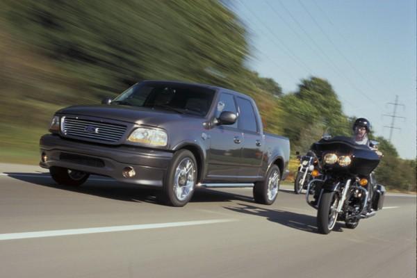 Si le motocycliste peut voir le conducteur directement... (Photo fournie par Ford)