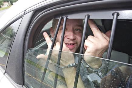Menotté sur la banquette arrière d'une voiture de... (Photo: Patrick Sanfaçon, La Presse)