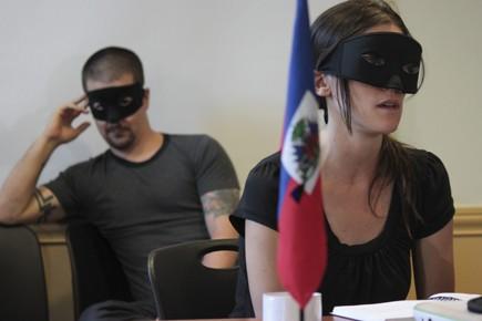 Deux militants masqués en conférence de presse hier.... (Photo: Clément Sabourin, AFP)