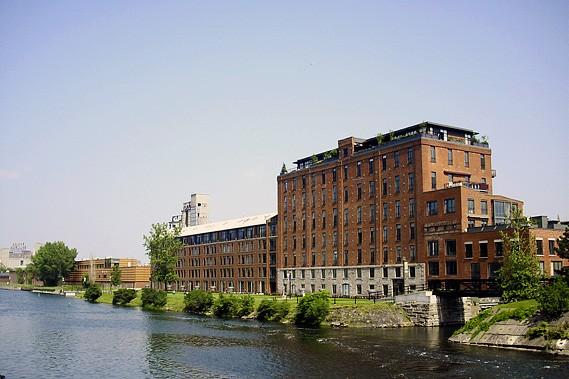 Le canal de Lachine et l'ancienne usine Redpath... (Photo fournie par Héritage Montréal)