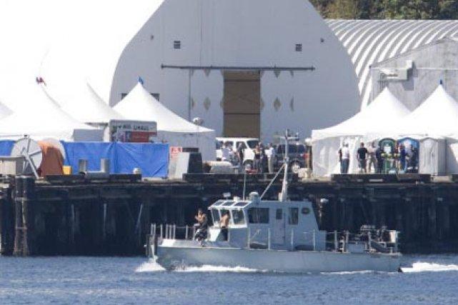 Un bateau militaire navigue devant le quai de... (Photo:Jonathan Hayward, PC)