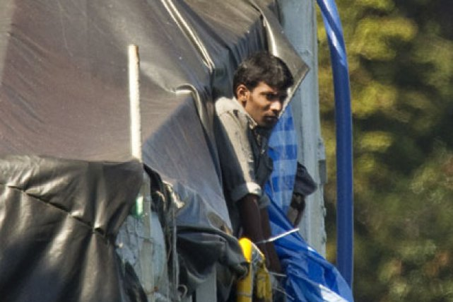 Un réfugié sur le pont du MV Sun... (Photo: Reuters)