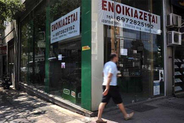 Un homme passe devant un magasin fermé à... (Photo: archives AFP)