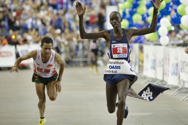 Le Kenyan Julius Choge Kirwa franchit la ligne... (Photo: Robert Skinner, La Presse)