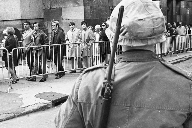 Montréal, le 19 octobre 1970: la foule défile... (PHOTO: MICHEL GRAVEL, ARCHIVES LA PRESSE)