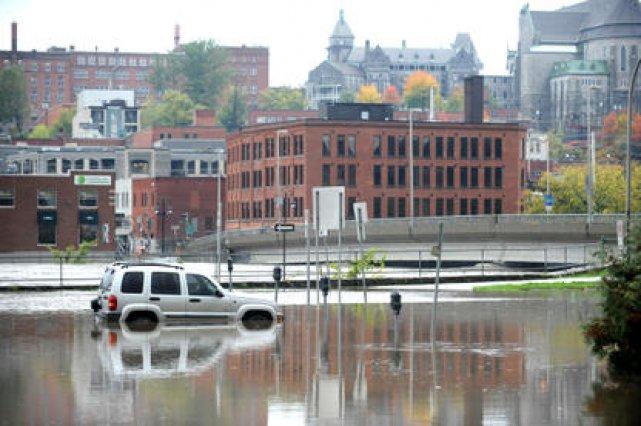 Les Sherbrookois ont connu vendredi leur pire inondation depuis de nombreuses... (Imacom, René Marquis)