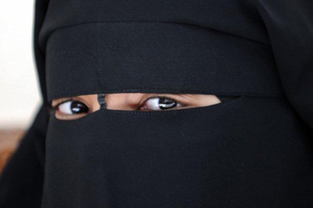 Une femme peut témoigner avec son niqab devant... (Photo: Fred Dufour, AFP)