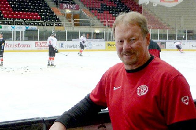 L'ex-Nordiques John Van Boxmeer dirige une équipe en... (Le Soleil, Gilbert Lavoie)