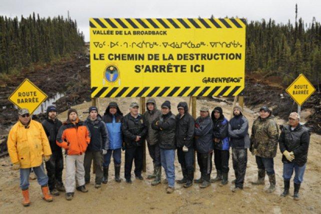 Les militants ont érigé une barricade symbolique au... (Photo fournie par Greenpeace)