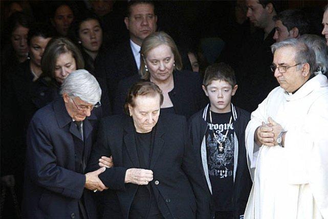 La veuve de Nicolo Rizzuto sort de l'église,... (Photo: Patrick Sanfaçon)