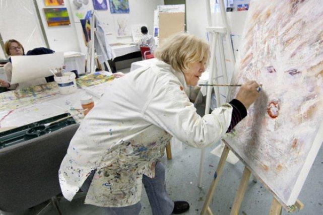 Frédérique Collin est une habituée de l'atelier d'art... (Photo Robert Skinner, La Presse)