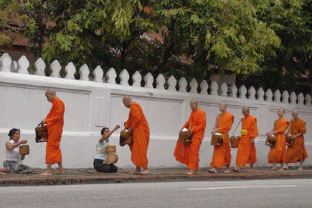 Dès l'aube, on distingue des moines, drapés de... (Photo: Isabelle Ducas, collaboration spéciale)