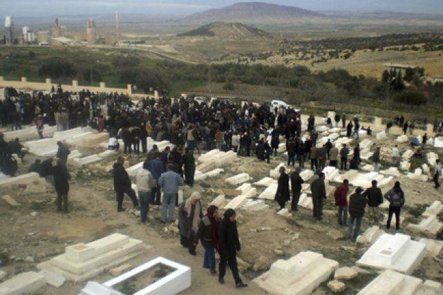 Des victimes des affrontements ont été enterrées hier... (Photo: AFP)