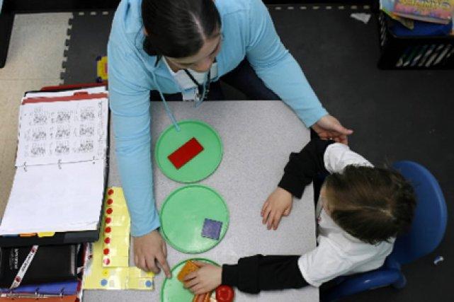 Une thérapeute travaille avec un enfant autiste, dans... (Photo: Jonathan Wiggs, Boston Globe)
