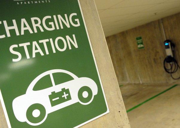 AgrandirUne première station service résidentielle pour autos électriques... (PHOTO: TIM SLOAN, AFP)