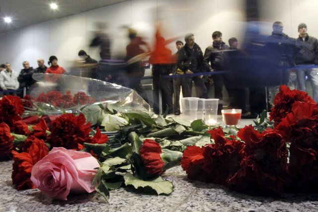 Des fleurs ont été déposées sur les lieux... (PHOTO: DENIS SINYAKOV, REUTERS)