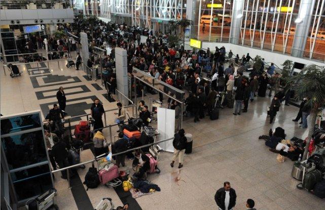 À l'aéroport du Caire, les gens font la... (Photo AFP)