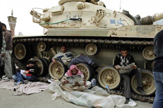 Des manifestants, opposés au régime de Moubarak, prennent... (Photo: Reuters)